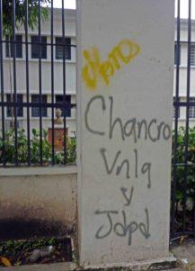 Los maleantes dejaron todo tipo de mensajes en los muros del liceo O'Leary, de Barinas. Venezuela. Foto Marinela Araque, 15 de agosto de 2017.