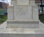 Vandalismo en el lateral derecho del pedestal. Patrimonio histórico del municipio Mérida, estado Mérida. Venezuela.
