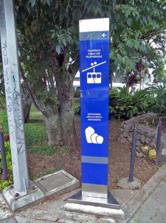 Vandalismo en las señaléticas y farolas de la plaza.