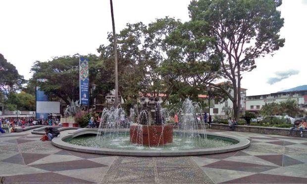 Vista frontal de la fuente y monumento a Las Heroínas. Patrimonio cultural de Venezuela.