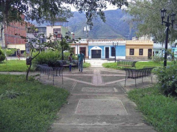 Zona de descanso de la plaza Rivas Dávila vista desde el área central. Patrimonio histórico del municipio Mérida, estado Mérida. Venezuela.