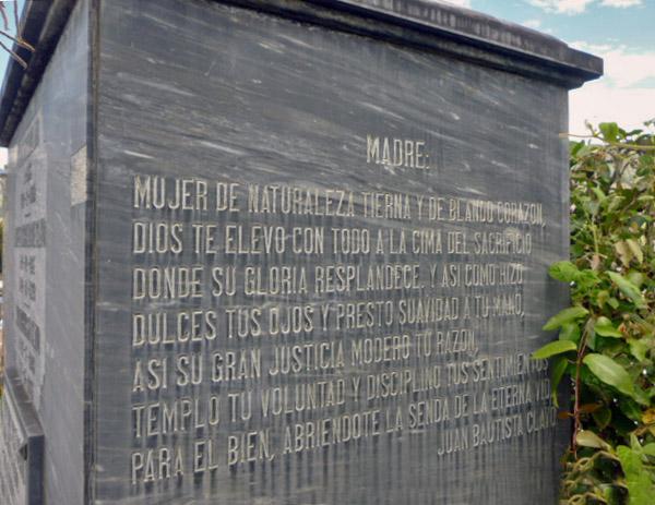 Dedicatoria de Juan Bautista Clavo para su madre en el panteón familiar de los Clavo Carrillo. Patrimonio cultural de la ciudad de Boconó, estado Trujillo, Venezuela.