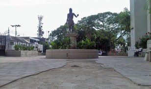 La terracota en completo deterioro escolta al monumento a San Juan Bautista, en su iglesia homónima de Valera. Trujillo. Patrimonio en riesgo de Venezuela.