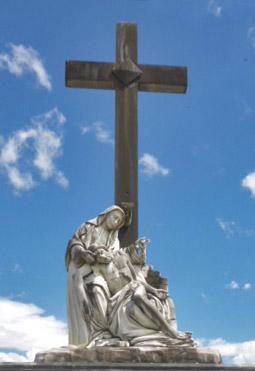 Se visualiza detrás del monumento una cruz de singular altura. Patrimonio cultural de la ciudad de Boconó, estado Trujillo, Venezuela.