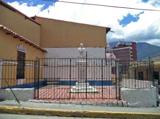 Vista frontal de la plazoleta Miranda en la actualidad. Monumento a Francisco de Miranda. Patrimonio histórico de Mérida, Venezuela.