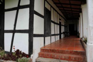 Corredor que da al patio interno con piso de arcilla pulida, restaurado en 1996. Foto: José Luis Rosales.