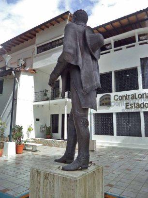 Cara posterior y lateral izquierdo de la estatua pedestre del Libertador, monumento Bolívar de los Andes, Mérida. Venezuela. Foto Samuel Hurtado Camargo, 21 de junio de 2017