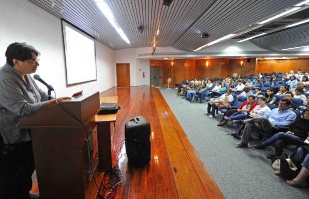 La arquitecta María Verónica Machado, en su conferencia del seminario Emprender en patrimonio cultural Jardín Botánico de Maracaibo. Foto archivo IAM Venezuela