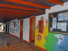 Las blancas paredes han sido pintadas con pretendidos murales. Foto Marinela Araque, noviembre de 2017.
