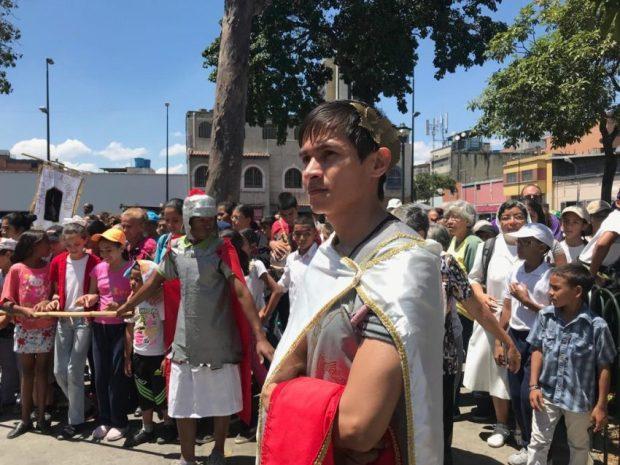 Jóvenes de distintas iglesias de Catia y Propatria dramatizaron la Pasión de Cristo el pasado sábado 6 de abril. Foto Dennis Graterol_CronicaUno