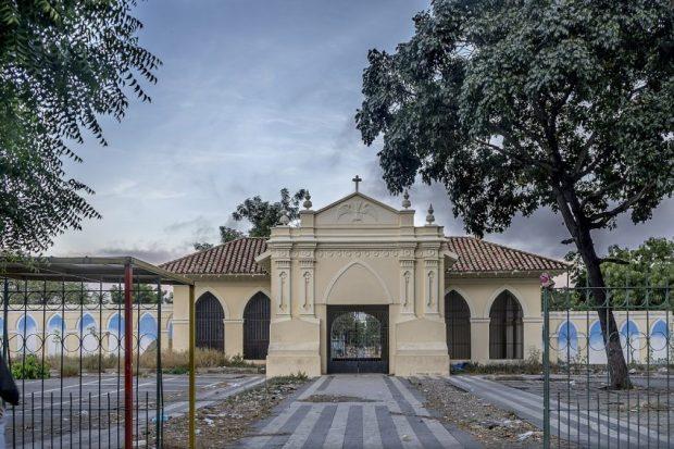 Cementerio Bella Vista de Barquisimeto, estado Lara. Patrimonio cultural de Venezuela en peligro. Entrada principal del Cementerio Bella Vista. Barquisimeto, Lara. Foto Rodolfo Pimentel_Wikimedia Commons, 2017.