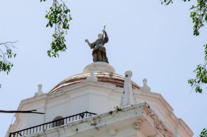Escultura de Juan Pedro López (La Fe) Torre de la Catedral de Caracas, Foto Luis Chacín, 2018