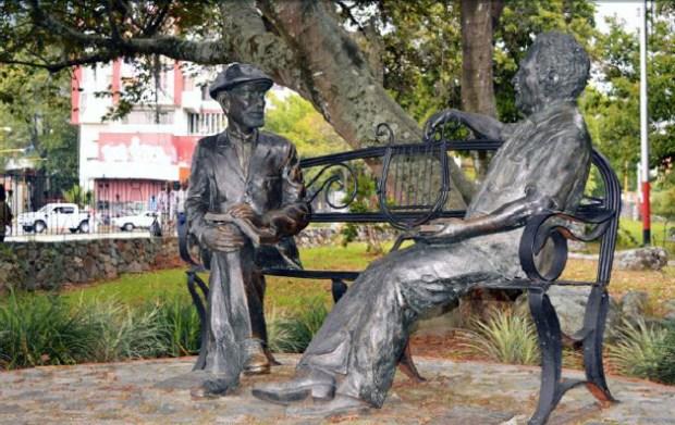Monumento La conversación, estatuas sedentes del Gabo y don Tulio Febres Cordero. Paseo de La Lectura, Mérida. Patrimonio cultural de Venezuela.