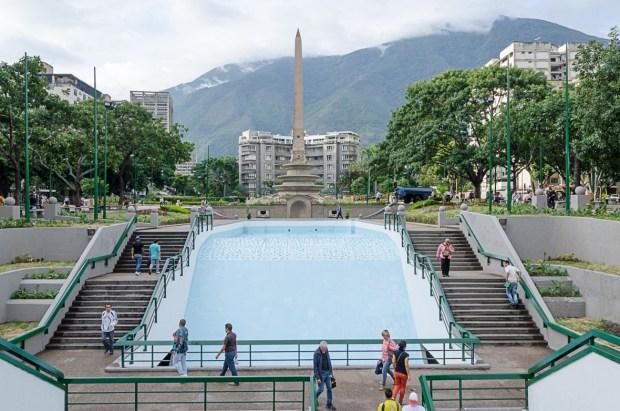 Plaza Francia de Altamira, obelisco y lo que era un espejo de agua. Caracas. Foto Luis Chacín, agosto 31 de 2018.