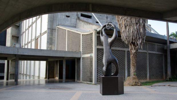 Título: Amphion. Autor: Henri Laurens. Año: 1953. Plaza cubierta, Ciudad Universitaria de Caracas. Foto Luis Chacín.