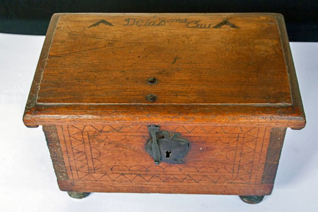 Arcón de cedro o caja pequeña del Museo de Arte Colonial de Caracas. Patrimonio cultural de Venezuela.