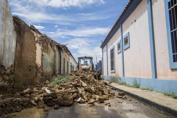 Funcionarios de la Gobernación recogen los escombros del muro que cayó en la calle Libertad. En el pasado, los bloques y tejas que estaban en buen estado se recuperaban para ser reciclados en otros inmuebles históricos. Patrimonio mundial en peligro. Venezuela.