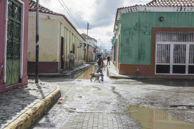 La calle Comercio se inunda cada vez que llueve y causa un efecto letal en las construcciones de barro, entre ellas la Casa de la Poesía. Patrimonio mundial en peligro. Venezuela.