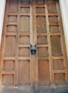 La puerta de madera está siendo colonizada por las termitas. Panteón Regional del Zulia. Patrimonio de Venezuela en peligro.