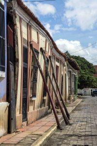 Los propietarios deben apuntalar las fachadas para evitar el desplome. Aquí en la calle Urdaneta. Coro, Falcón. Foto Jesús Romero, octubre de 2018.Patrimonio mundial en peligro. Venezuela.