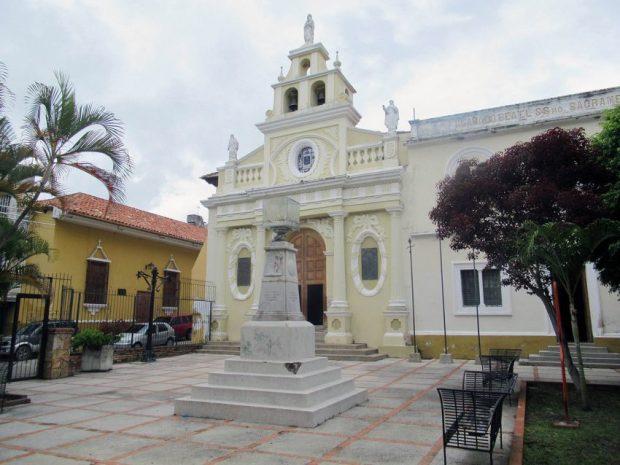A 12 años del derribamiento del busto de Colón, la plaza aún espera el regreso del almirante italiano. Mérida, Venezuela. Foto Samuel Hurtado Camargo, octubre 12 de 2018.
