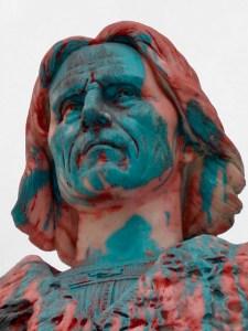 Monumento a Cristóbal Colón, patrimonio cultural de Venezuela en peligro. A finales del año 2005 el rostro del busto de Colón exhibía manchas de color azul y rojo. Mérida, Venezuela. Foto Samuel Hurtado Camargo, noviembre 6 de 2005.