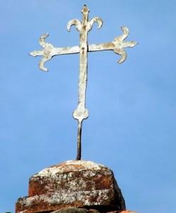 Las campanas de Lobatera. Antigua cruz flordelisada y en hierro forjado que, desde fines del XVIII y hasta 1856, estuvo sobre la columna en piedra y argamasa del humilladero a la entrada de Lobatera