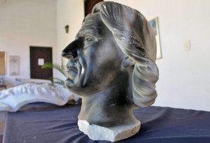 Monumento a Cristóbal Colón, patrimonio cultural de Venezuela en peligro. Así quedó la escultura del navegante genovés luego de los actos vandálicos del 11 de noviembre de 2006. Foto Samuel Hurtado Camargo, octubre 18 de 2018