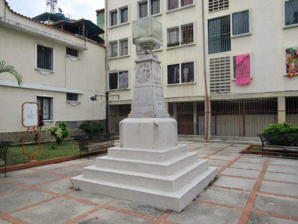 Monumento a Cristóbal Colón, patrimonio cultural de Venezuela en peligro. Cara frontal y lateral derecho del monumento a Cristóbal Colón en la actualidad. Foto Samuel Hurtado Camargo, octubre 12 de 2018