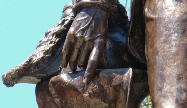 Detalle de la mano derecha de la estatua de El Libertador, Plaza Bolívar de Lobatera. Foto Darío Hurtado, 2013.