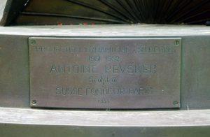 El dinamismo en 30 grados, de Antoine Pevsner, se fundió en París en 1953 para la colección de arte de la UCV. Foto Luis Chacín.