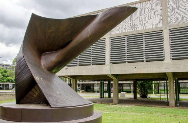 El dinamismo en 30 grados, de Antoine Pevsner sta escultura es un ejemplo de la unión entre la matemática y el arte. Foto Luis Chacín, 2016.