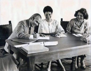 El doctor Adán Febres Cordero firma el acta de entrega de donación de la colección de la biblioteca y archivo de los Febres Cordero, noviembre 4 de 1978. Foto BFC.