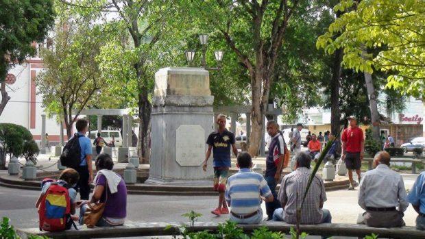 La estatua del almirante Cristóbal Colón volverá a su pedestal en la plaza central de Carúpano. Foto Yesencia García, nov. 2018.