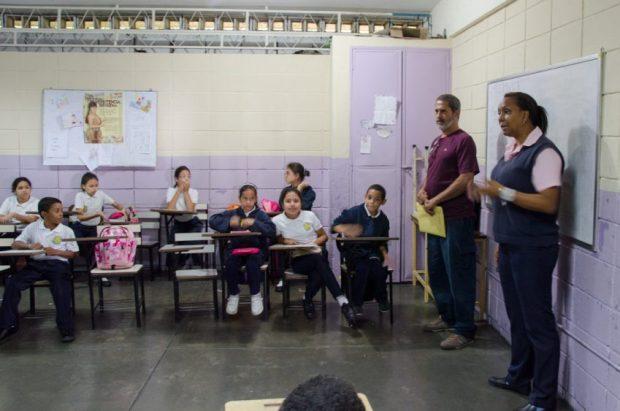 En el taller Exploradores de la imagen y la memoria el apoyo del docente es clave. Foto Luis Chacín, noviembre 12 de 2018.