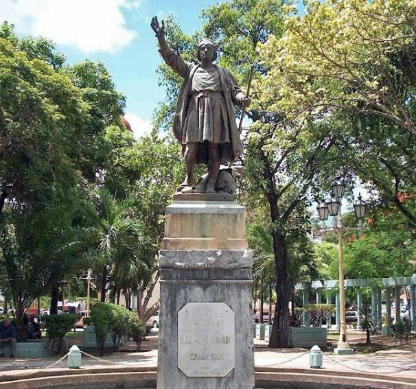 El cronista de Carúpano pide referéndum sobre la escultura de Colón. La estatua pedestre de Colón cuando aún estaba sobre su pedestal.