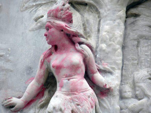 Monumento a Cristóbal Colón, patrimonio cultural de Venezuela en peligro. La mano izquierda del relieve de la india fue mutilada durante los actos vandálicos del año 2006. Foto Samuel Hurtado Camargo, octubre 12 de 2018