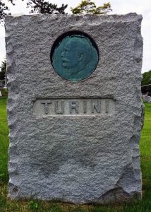 Lauda sepulcral del escultor Giovanni Turini (1841-1899), en el cementerio de Kensico, en Nueva York