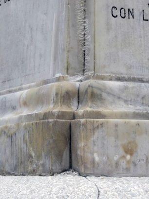 Monumento a Cristóbal Colón, patrimonio cultural de Venezuela en peligro. Manchas y eflorescencias ocasionadas por las filtraciones de agua en el pedestal del monumento a Colón. Foto Samuel Hurtado Camargo, octubre 12 de 2018