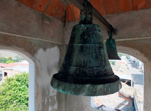 Las campanas de Lobatera. María de Chiquinquirá es la campana más antigua que se conserva en Lobatera la cual data de 1839. Su forma esquilonada, otea desde la altura del campanario de la Capilla del Humilladero.