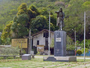 Plaza Almirante Cristóbal Colón de Macuro, Municipio Valdez, Estado Sucre, con la estatua original de Colón que estuvo en el edificio de Venezuela, en la Exposición Universal de Chicago de 1893. Foto Paola Mata, 2007.