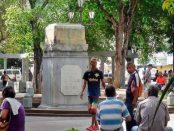 Por órdenes del IPC la estatua de Colón volverá a su pedestal en la centenaria plaza central de Carúpano, Sucre. Foto Yesenia Rincón, noviembre 2018.