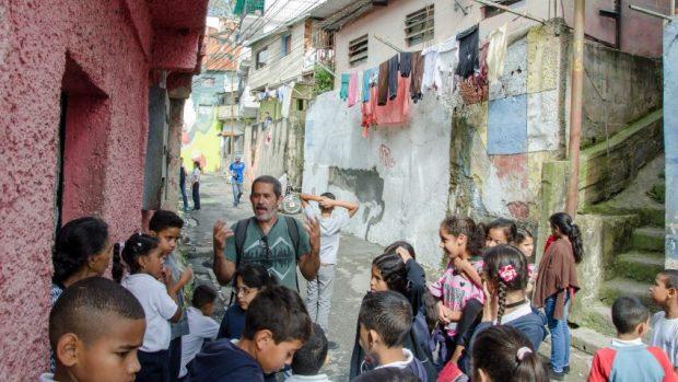 Cheo Carvajal y los escolares durante el recorrido del taller Exploradores de la imagen y la memoria, en El Calvario. Foto Luis Chacín, noviembre 2018.