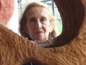 Colette Delozanne con sus esculturas orgánicas. Foto en el blog Negro Sobre Blanco.