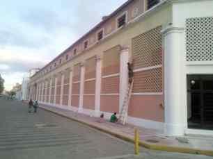 De un brochazo salmón quitan el color original de la fachada del antiguo Hotel Jardín en Maracay. Foto Alfredo Morales, noviembre 2018.