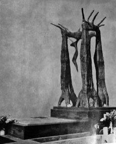 El crucifijo que pendía de las manos del monumento a Carvenali fue robado hace 10 años. Cementerio El Espejo. Foto Alberto Carnevali, símbolo cívico. Dig. Samuel Hurtado.