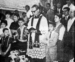 El padre Villa procede a bendecir el monumento a Alberto Carnevali en el Cementerio El Espejo, Mérida. Foto La Opinión, 14-1-1966, p. 9. Dig. Samuel Hurtado Camargo.