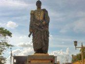 En dos ocasiones han hurtado el sable de la estatua pedestre de El Libertador en Pueblo Nuevo El Chivo. Foto Edwin Urdaneta, diciembre 2018.