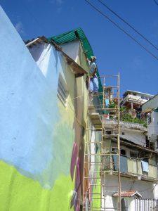 En plena realización del Mural del cacao, en el barrio El Calvario, municipio El Hatillo, Miranda. Foto José González.