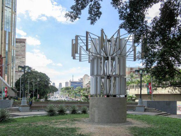 Una flor para el desierto (Alejandro Otero, 1985) es una emblemática escultura urbana de Caracas. Foto Luis Chacín, noviembre 29 de 2018.